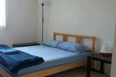 Very clean private bedr. for 2 near Mtl Airport - Hus