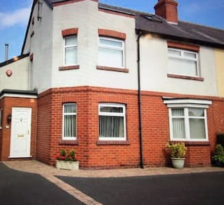 FOUR BEDROOM CHARACTER PROPERTY, SUPERB LOCATION. - Scarborough - Casa