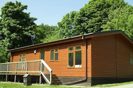 Luxury 2 bedroom lodge on quiet rural holiday park - Hytte