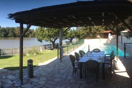 Gîte de charme au bord de l'eau avec piscine - Villa