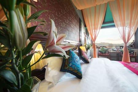 丽江古城传统的纳西院落,免费品茗聊天,配客房助理,免古维,性价比高,豪华阳光观景大床房 - Lijiang Shi