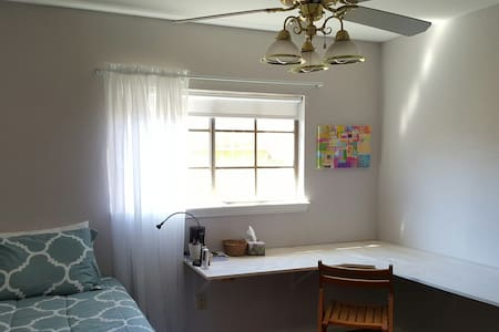 Twin Room w/ Bath & Amenities - Corpus Christi - Hus