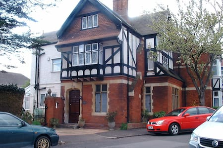Comfortable space in friendly household that includes 2 dogs! Only 5 minutes from M5 and 10 minute walk into Bridgwater town - home of Carnival. Large double room with use of well appointed shared bathroom and communal areas.