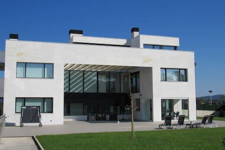Villa con vistas y piscina interior climatizada - Donostia - Villa