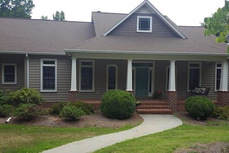 Private home on 10 acres with pond! - Mocksville - Haus