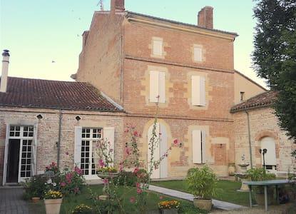 Maison 18ème avec piscine en coeur de village - Donzac