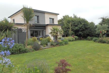 Maison contemporaine avec jardin paysager - Hus