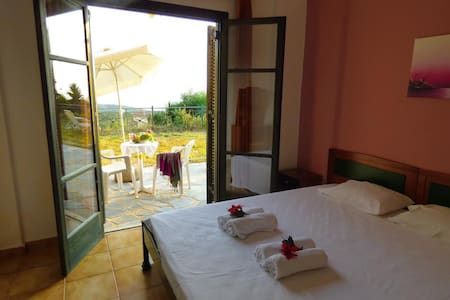 DANAE 2 STUDIOS with garden&lovely view of the sea - Wohnung