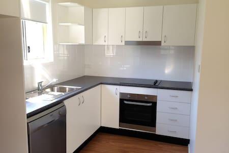 崭新的绿色环绕2居室 - House