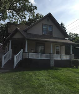 2nd Floor: Adorable 2 Bed, 1 bath. - Kalamazoo