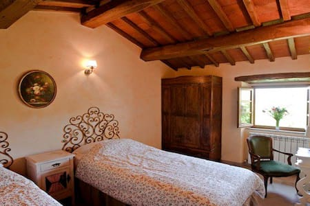 Twin bedroom with private bathroom - Bed & Breakfast