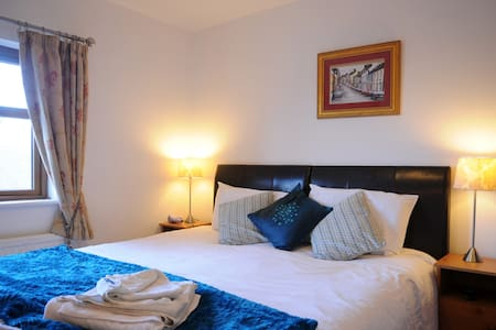 Cosy private Ensuite . Town centre - Townhouse