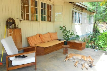 White room in house with verandah - Mwanza - B&B/民宿/ペンション