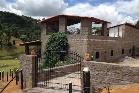 Castelo no vale isolado no meio da natureza - Ubaíra - Casa
