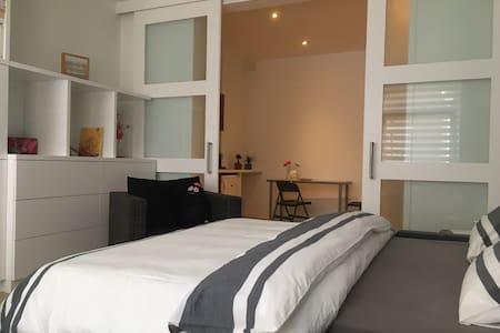 Studio moderne ds quartier calme et bien connecté - Bed & Breakfast