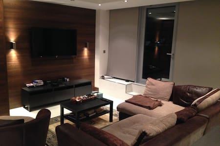 Large Bedroom; part of great flat near Underground - Harrow - Apartamento