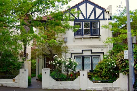 Centrally located East Melb art deco apartment - East Melbourne