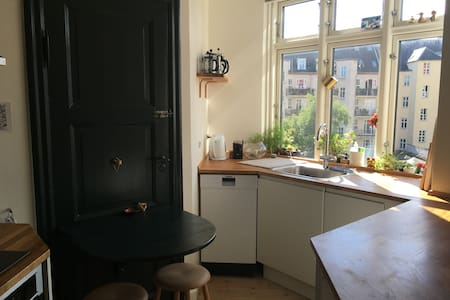 Big and comfortable room in newly renovated flat - Frederiksberg - Apartment