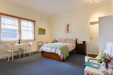 Newly decorated studio apartment with ensuite bathroom.  The studio is 200m from beach and 100m from main shopping area and close to public transport - 15mins to the city by bus or tram.  Nearby are Sth Melbourne Market and popular St Kilda.