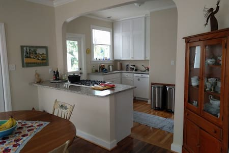 Spacious Room in Historic Downtown Cottage - Gainesville - House