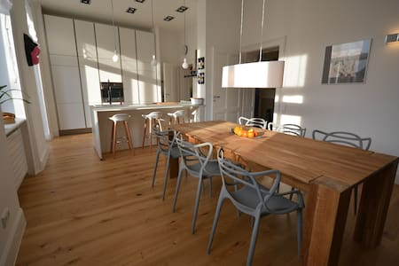 Central, newlyrenovated, large flat