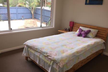 Bedroom 2, King single bed - Glenhaven - House