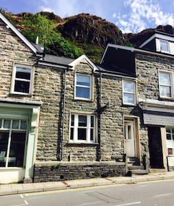 Cosy stone terraced village centre - Gwynedd