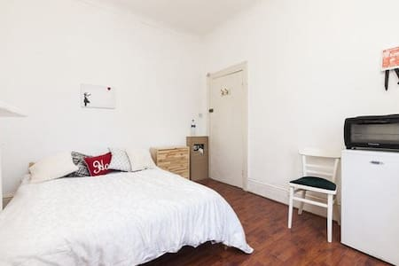 Awesome room in Ravenscourt Park - London - House