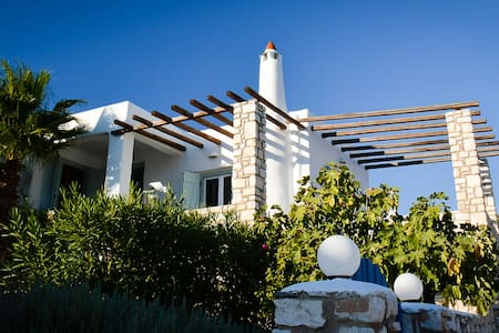 Modern greek villa with sea views - sleeps 6. - Aspro Chorio - Hus