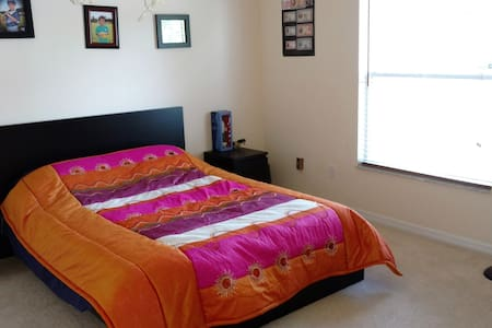 Downstairs Master Bedroom. Orlando Airport 17 mins - Kissimmee