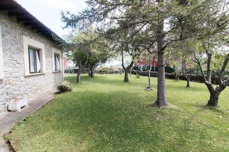 Casa con amplio jardín en Ajo - Ajo