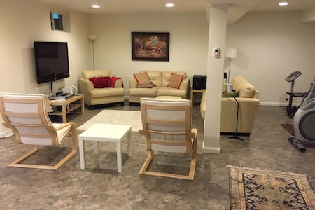 Bedroom in fully furnished basement - Gainesville - Haus
