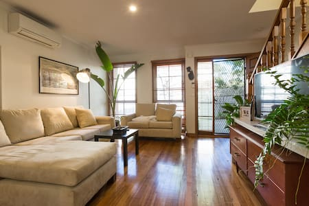 Large Room in spacious townhouse - Townhouse