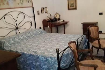Camera matrimoniale ad un passo dall'Elba - Maison de ville