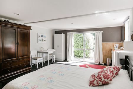Spacious room in family home - House