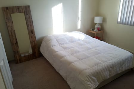 Sunny, cozy bedroom close to Stadium - Ann Arbor