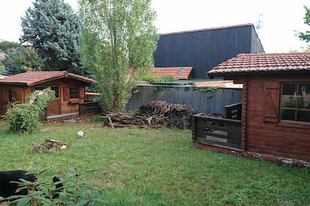 Chambres indépendantes dans jardin - Châtel-Guyon - Chalet