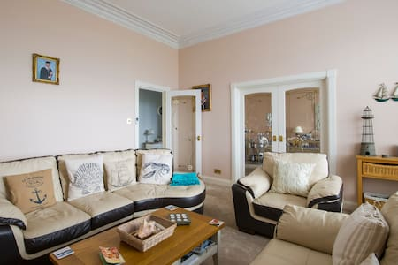 Large attic double bedroom on Ardrossan seafront - Ardrossan  - Apartment