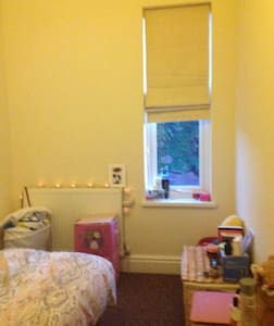 Bright and Comfy single room - Derby - Huis