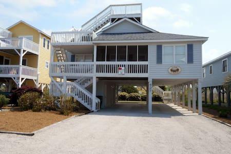 Cozy beach house across the street from beach. - 一軒家