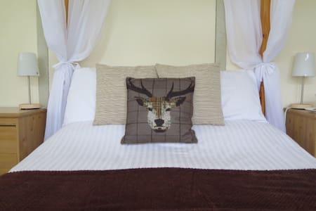 Symonds Yat Rock Lodge Four-poster - Hillersland - Bed & Breakfast