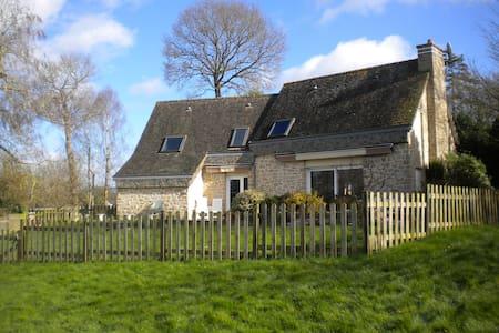 Maison bretonne au bord d'un étang - Trédias