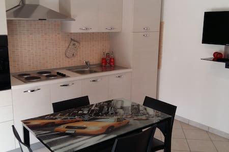 Grazioso appartamento a 2 km dal centro di Alba - Huoneisto