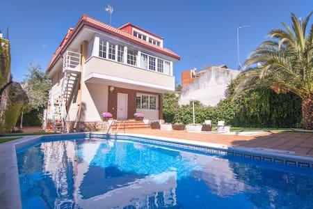 Luxury Villa  18 people - pool, WiFi, BBQ, parking - Madrid - Villa