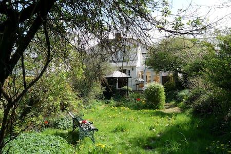 Private Single Room in Semi-Detached Cottage - Bridgend - Casa