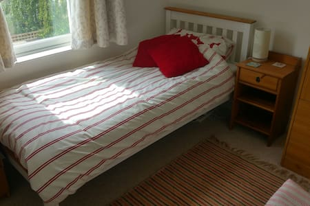 Sunny single room in lovely house - 브리스톨(Bristol)