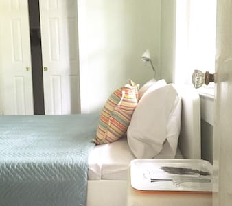 Walk to Metro. Room w/Private Bath. - Arlington
