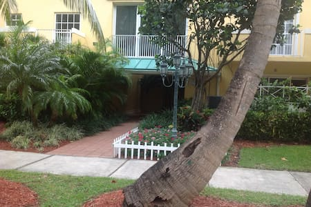 Adorable Key Biscayne Condo; Steps from the Beach! - Cayo Vizcaíno - Departamento