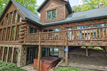 5 Bedroom High End Log Home on Popular Round Lake - Hayward