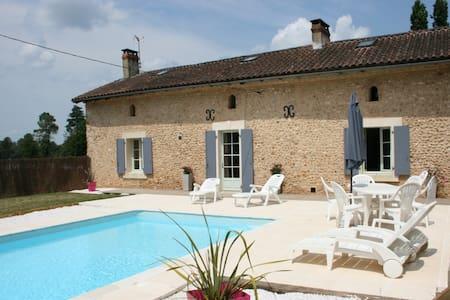 Gîte de caractère-piscine chauffée vers Périgueux - House